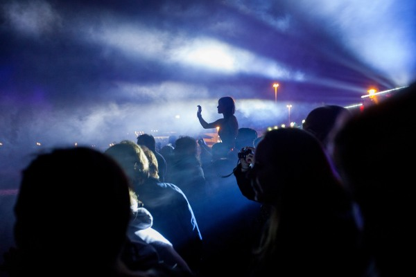 © Neil Turner. Audiences watching Joe Rush and the Mutoid Waste Company  on the beach next to Bournemouth Pier to close day two of the third annual festival.  Photo: © Neil Turner